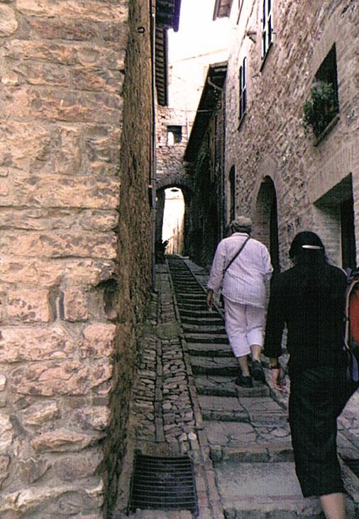 教会へ続く石畳の小道