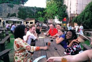 ベヴァーニャの広場で乾杯前の仲間たち