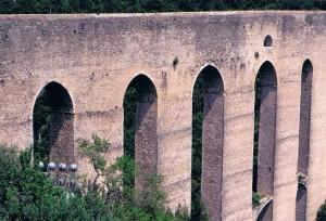 城塞の裏手にあるローマ水道