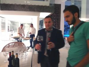 左より、オーナーのガロ氏、料理人氏、音楽監督エヴィス・サムーティス、キプロスの作曲家アンドレアス・ツィアルタス。コンサート終了後バックヤードでパーティーが行われた