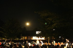 月明かりの下でのコンサート。